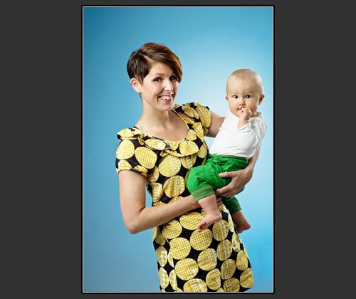 Barnfotografering i min fotostudio med min son och hans mor. Blå bakgrund med hjälp av färgfilter. Fotograf Stefan Tell