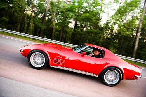 Fotografering av bil i fart på motorväg, denna gång en röd Corvette Stingray