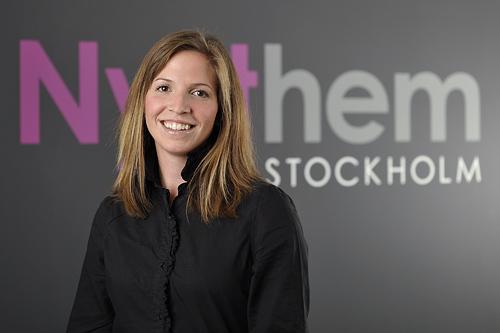 Porträttfotografering av personal på kontoret. Fastighetsmäklare i Stockholm