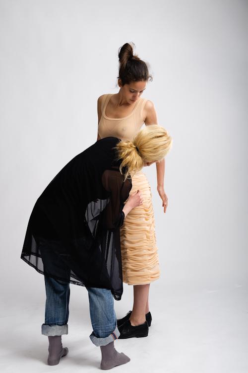 Designern bakom svenska klädmärket Fraulein von Hast justerar kläderna på en fotomodell. Behind the scenes från en modefotografering. Fotograf Stefan Tell