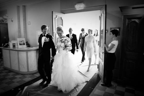 Bröllopsfotografering, brudparet träder in i Gustav Vasa kyrka. Svartvit bild med högt ISO-tal med mycket brus
