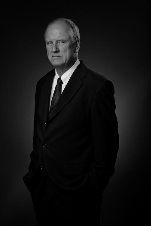 Porträttfoto, halvkropp av herre i kostym. Fotograf Stefan Tell