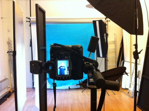 Behind the scenes, porträtt i fotostudio med blå bakgrund