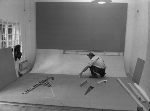 Rundfond i fotostudio - slipa fogar och minimera skarvar. Fotograf Stefan Tell