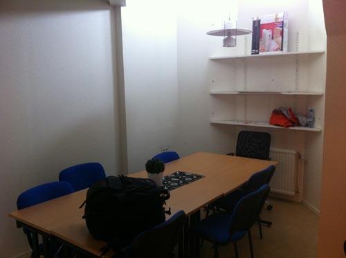 Litet rum som tillfälligt användes som fotostudio. Fotograf Stefan Tell