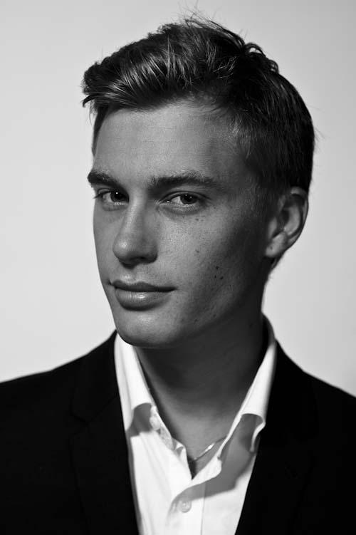 Porträtt. Foto till modellportfolio i svartvitt. Fotograf Stefan Tell