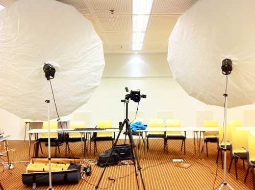 bakom-kulisserna-fotografering-profoto-umbrella-xl-x2-konferensrum