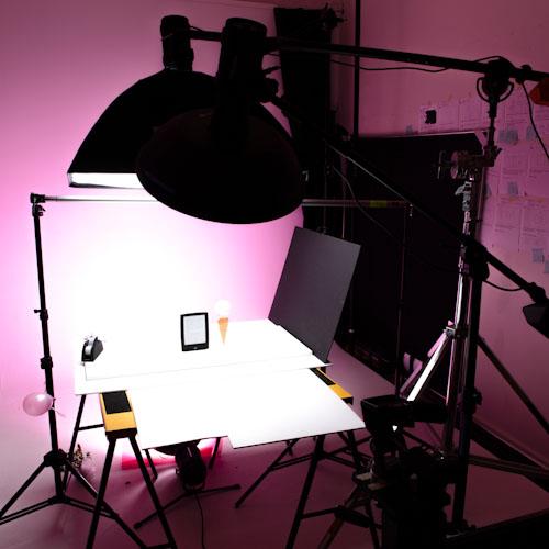 Behind the scenes med blixtar, stativ och fotobord i fotostudio vid produktfotografering av läsplattan Letto. Fotograf Stefan Tell