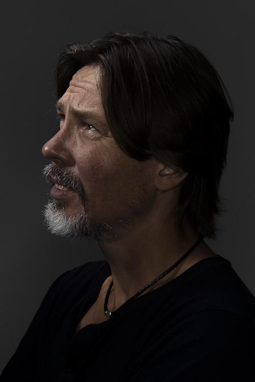 Porträttfoto med Profoto ringblixt i profil. Fotograf Stefan Tell