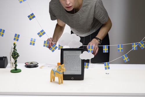 Stylist vid produktfotografering av reklambild för Adlibris. Fotograf Stefan Tell