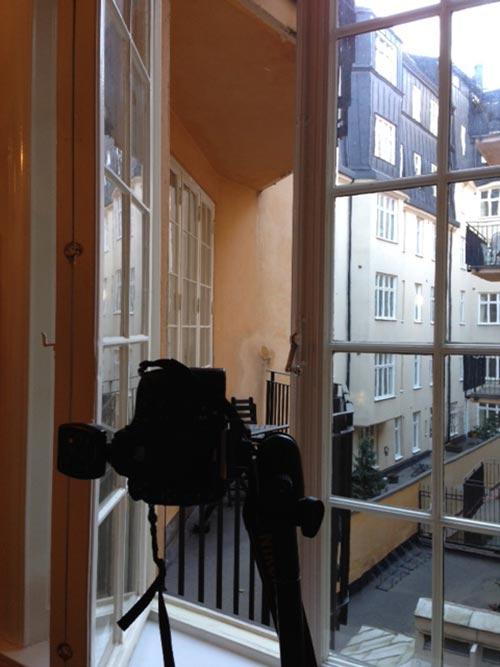 behind-the-scenes-kamera-genom-öppet-fönster