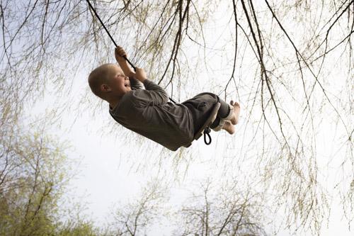 Fuji-X100s - kort recension, bild av pojke på gunga i träd. Fotograf Stefan Tell