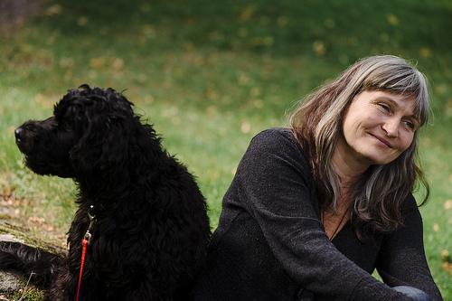 Anna Höglund, pressbild med hund. Fotograf Stefan Tell
