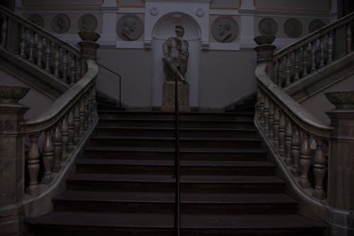 gruppbild-i-trappa-utan-blixt-före-ljusmätning