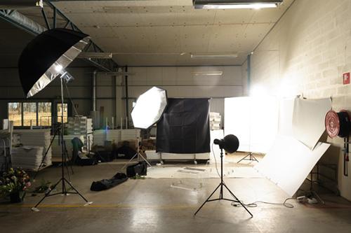 produktfotografering-på-plats-hos-kund-i-fabrik-en-bil-full-med-utrustning