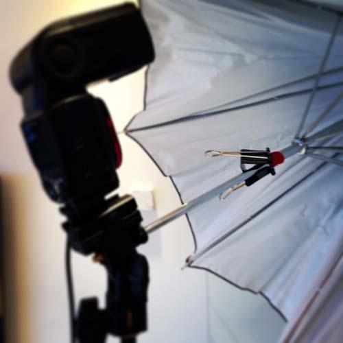 strobist-modifiera-blixtparaply-med-gummiplupp-och-klämma
