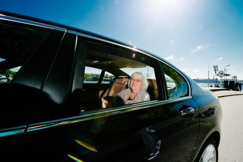 Barbro Lindgren i bil - en blixt utan paraply en bit bort. Fotograf Stefan Tell
