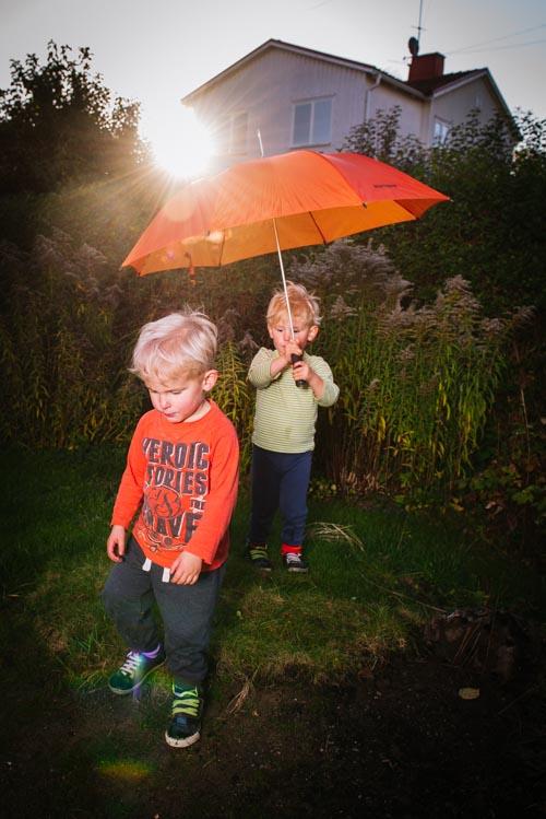 barnfotografering-på-tomten-med-paraply-och-motljus-profoto-b1