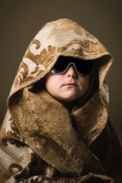Barnporträtt i fotostudio med två blixtar, solglasögon och Profoto D1 med beautydish. Fotograf Stefan Tell