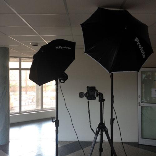 bakom-kulisserna-BTS-personalbilder-on-location-två-blixtar-paraply-profoto