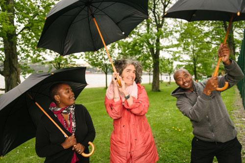 gruppbild-med-paraplyer-profoto-b2-deep-umbrella-vit