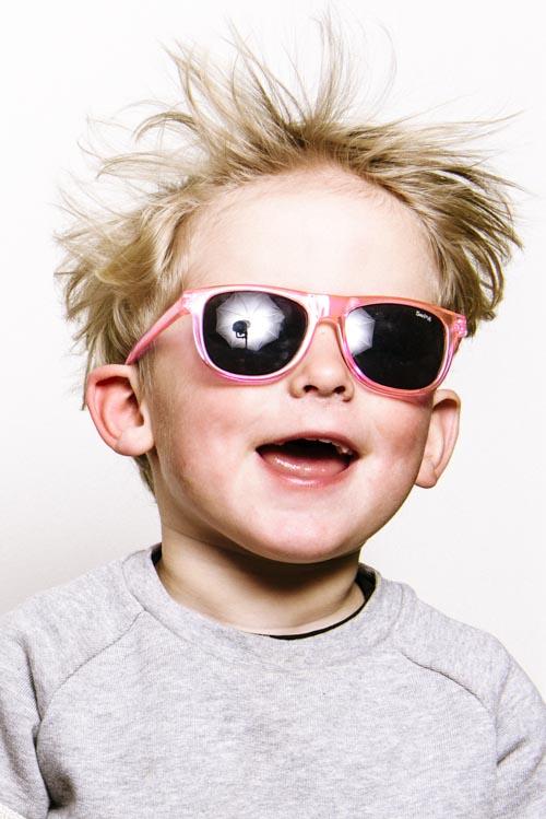 vindmaskin-porträtt-en-blixt-solglasögon-hemmastudio