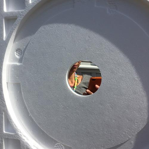 frigolit-emballage-som-reflexskärm-med-hål-för-kamera