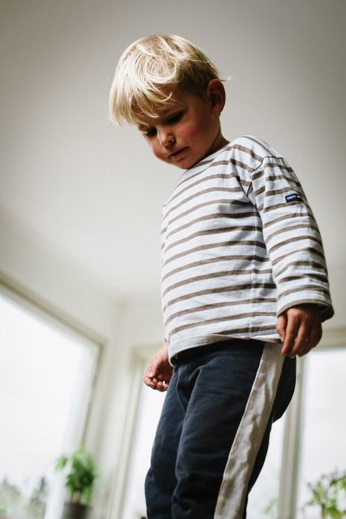 porträtt-hemma-balanserande-barn-grodperspektiv