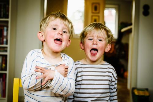 skrikande-barn-fotoreportage-hemma-blixt