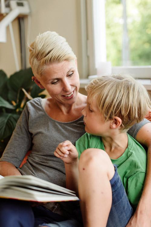 foto-läsande-barn-mamma-hemma-bokstart-Kulturrådet