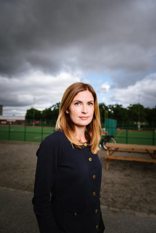 porträtt-av-ekonom-Emma-Persson_SBAB_utomhus-on-location-en-blixt