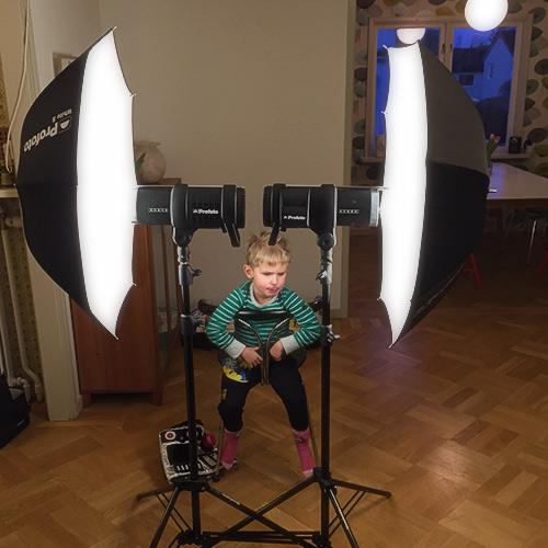 bakom-kulisserna-fotostudio-hemma-symmetrisk-ljussättning-blixtparaply-Profoto-B1