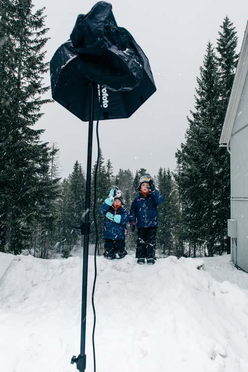 BTS_Profoto-OCF-Beautydish-ihopfällbar-utomhus-fotografering-barn-i-snö-en-blixt