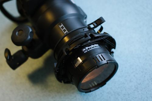 Profoto-B1-med-OCF-färgfilterhållare-tillsammans-med-speedring-monterad-utan softbox