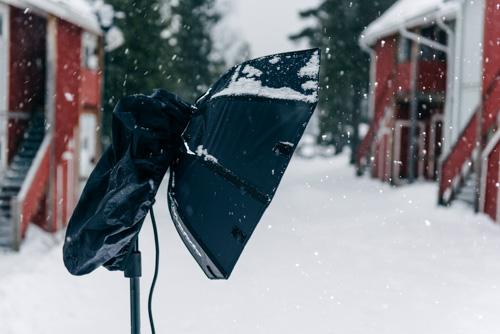snöskydd-Profoto-B2-regnskydd-kameraväska-DIY-utomhus-fotografering-BTS