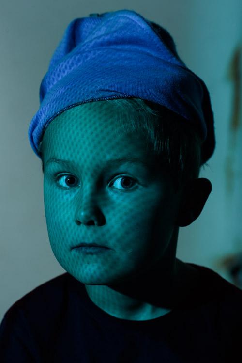 testbild-Profoto-OCF-färgfilterhållare-för-B2-porträtt-blått-ljus-genom-raster