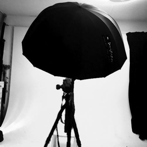 uppsättning-fotostudio-en-blixt-stort-blixtparaply-grå-bakgrund