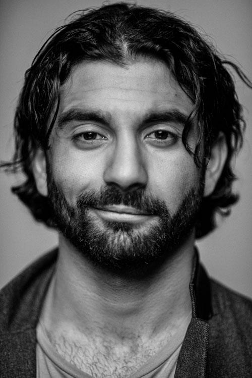 Headshot i svarvitt, skådespelare Rojan Telo. Fotograf Stefan Tell