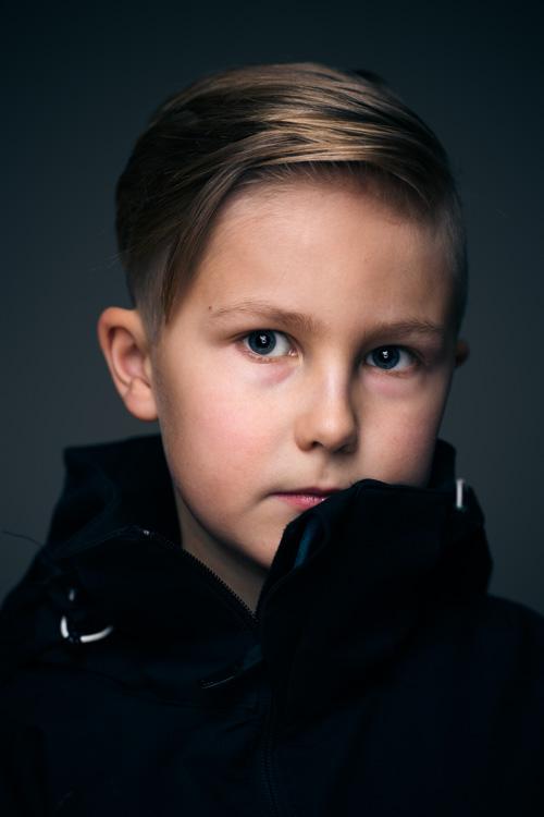 headshot-portratt-hemmastudio-kallare-tva-blixtar-Profoto-A1-silver-Deep-Umbrella-ringblixt