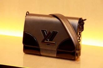 TWIST cuero Epi en negro. Black leather Epi (Interpretación moderna con la cerradura LV. Modern interpretation of the LV clasp)