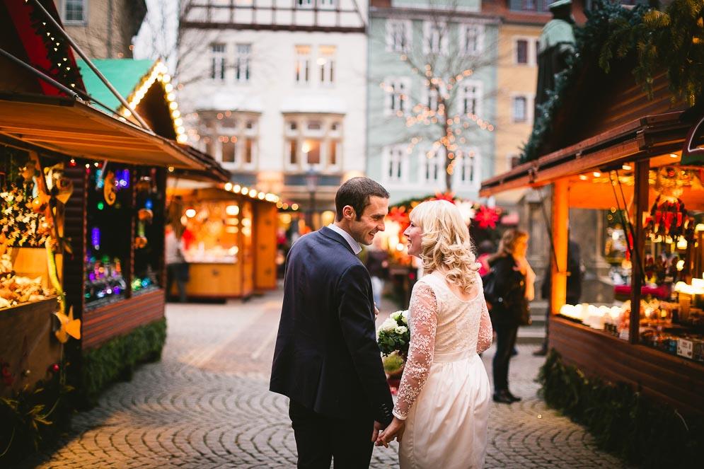 Frisch getraut auf den Weihnachtsmarkt Hochzeitsfotograf