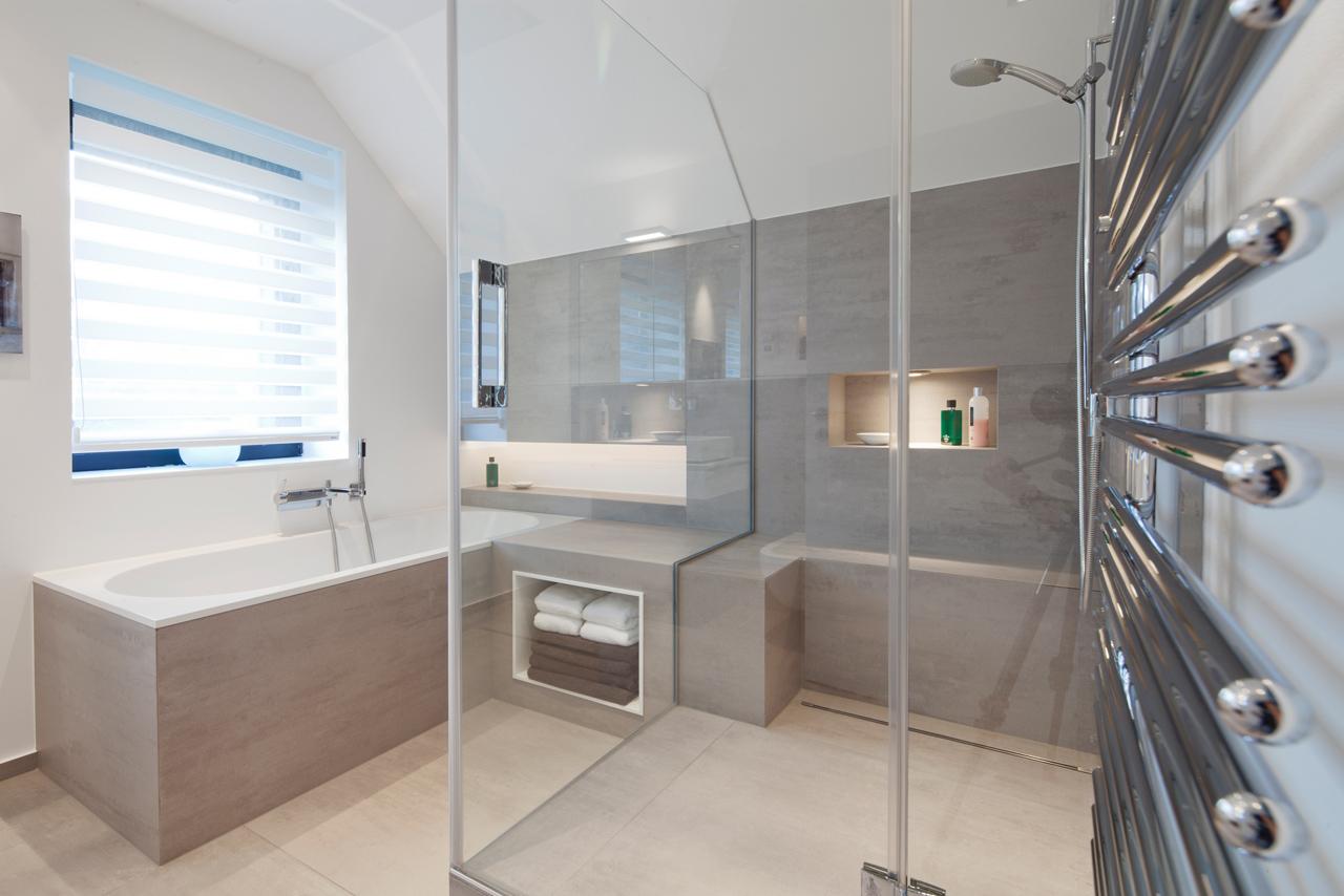 Steinrcke FSB GmbH  Bad  Raum in Perfektion Modernes Bad mit Lichtregal