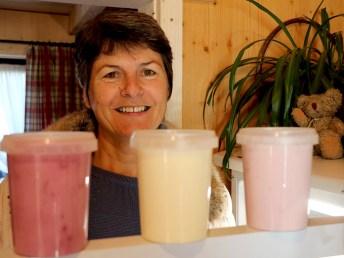 """Elisabeth Sonnweber, Nachbarin vom Bauernhof Sonnweber, verkauft Joghurt. """"Eine Delikatesse"""", sagen ihre Stammkunden. Foto: Knut Kuckel"""