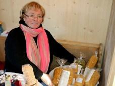 Julie Hanni, Mutter von Carolin Grabner, ist die gute Seele am Steirerhof. Sie organisiert, backt und verkauft. Foto: Knut Kuckel