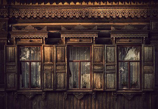 Casa siberiana cu ferestre din lemn