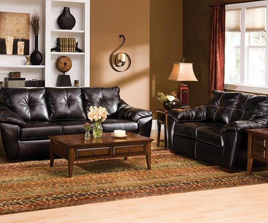 Sufragerie in nuante de maro cu canapele de piele si lemn masiv