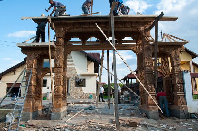 Poarta Maramureseana in constructie