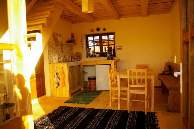 Camera cu bucatarie pe colt si scarile catre camerele de cazare