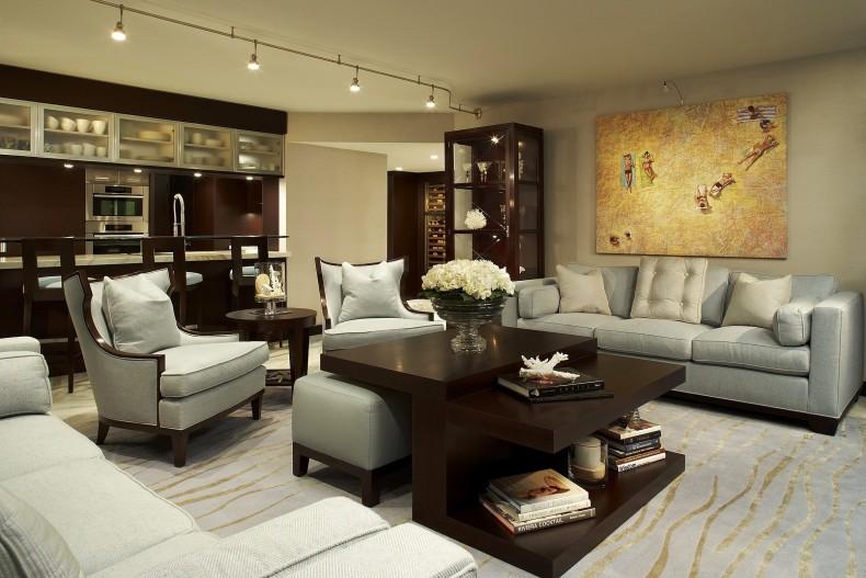 Decor interior in tonuri calde de maro, sofa albe si harta retro pentru efect