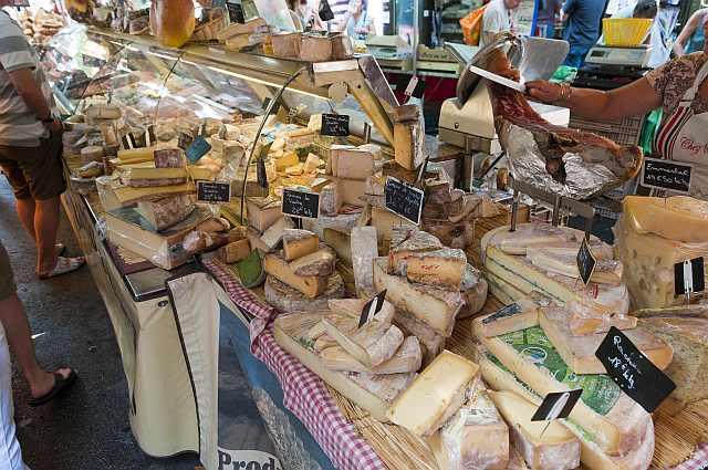"<img src=""https://i0.wp.com/www.stejarmasiv.ro/wp-content/uploads/2013/04/Market_in_Aix-en-Provence_France_6052491291.jpg?resize=640%2C425&ssl=1"" alt=""piață"" />"